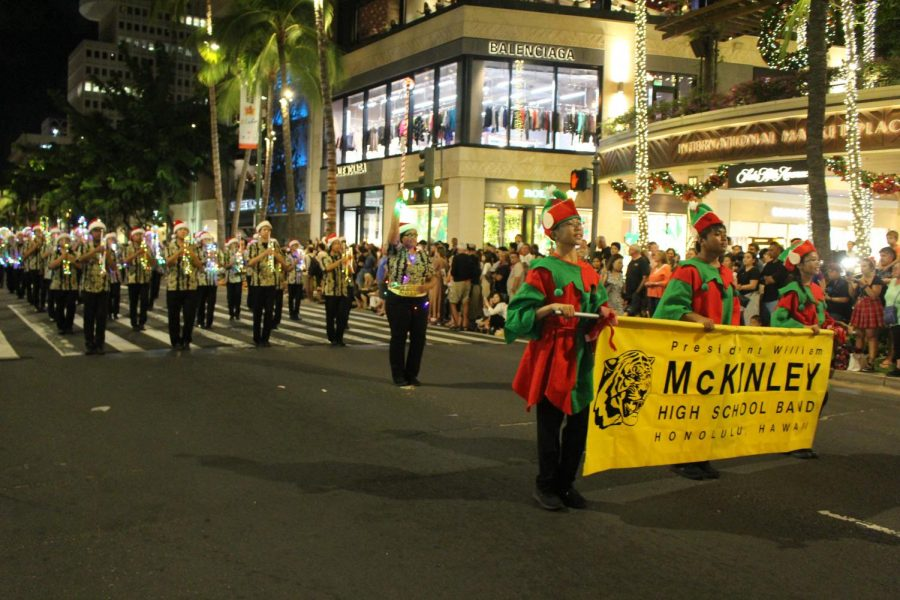 Marching+bands+played+music+in+the+shopping+district+of+Waikiki+Beach+to+spread+holiday+cheer.