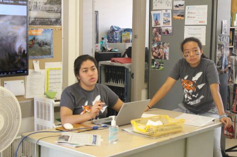 Editors from the 2018 Pinion staff, Anela Chavez and Alexandria Buchanan lead a pitch session and offer feedback to reporters.